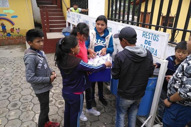 Niños de las escuelas de San José Chacayá, Sololá, clasifican y reciclan la basura. (Foto Prensa Libre: Ángel Julajuj)