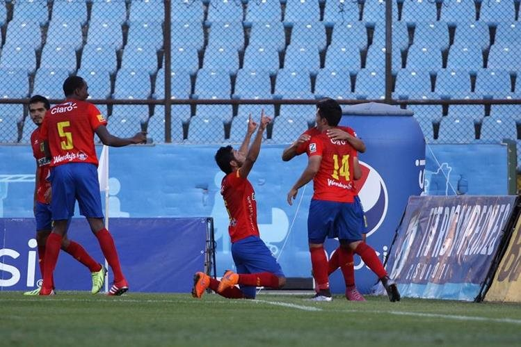 Cristian Jiménez marcó los dos goles que le dieron el triunfo a Municipal. (Foto Prensa Libre: Jesús Cuque).