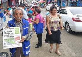 Carlos Enrique Real Barilla ofrece periódicos cerca del mercado de Boca del Monte, Villa Canales. (Foto Prensa Libre: Oscar Fernando García).