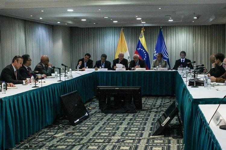 Representantes del Gobierno de Venezuela y la oposición, reunidos con mediadores del Vaticano y Unasur en Caracas. (Foto Prensa Libre: EFE).