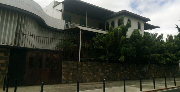 Construirán un edificio que tendrá seis sótanos, dos pisos de comercios, cuatro para oficinas y 10 para apartamentos. (Foto Prensa Libre: José Luis Escobar).