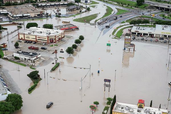 Un centro comercial ubicado en Texas fue afectado por las inundaciones del río Blanco en la ciudad de San Marcos. (Foto Prensa Libre:AP)