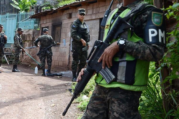 Efectivos del ejército hondureño patrullan un barrio de Tegucigalpa. (Foto Prensa Libre:AFP).