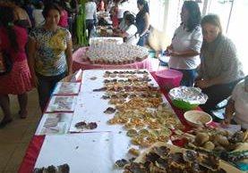 Pobladores de la cabecera de Zacapa degustan alimentos elaborados con maíz. (Foto Prensa Libre: Edwin Paxtor)