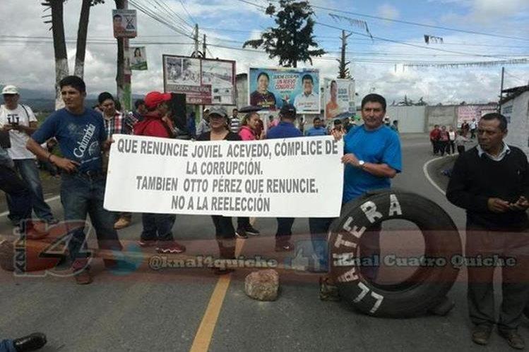 Protesta de maestros en la ruta entre Chichicastenango y Santa Cruz del Quiché. (Foto Prensa Libre: @knal4quiche)