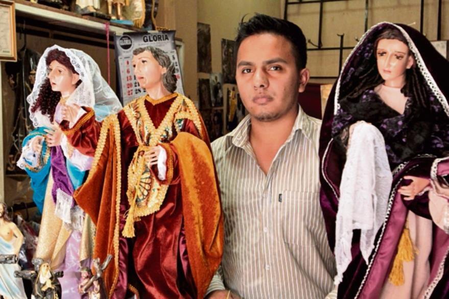 Belter  Velásquez  tiene un taller de imágenes en madera, en el Centro Histórico.