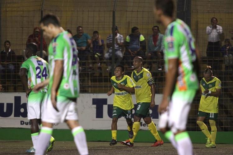 Petapa celebró la victoria contra el campeón Antigua y se mantuvo en el segundo puesto del torneo. (Foto Prensa Libre: Jesús Cuque).