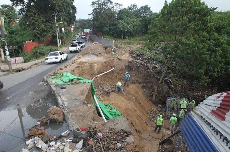 Un carril de la carretera en San Pedro Ayampuc está totalmente dañada.