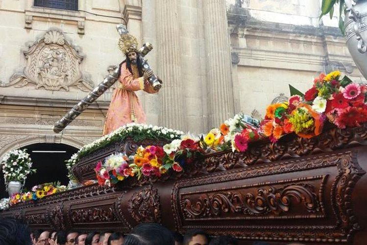 La procesión de La Reseña sale de la iglesia Le Merced, en la zona 1 de la ciudad de Guatemala. (Foto Prensa Libre: Procesiones Guatemala)