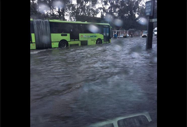 Inundación en la Aguilar Batres sur. Foto Prensa Libre:@mariomar1983.