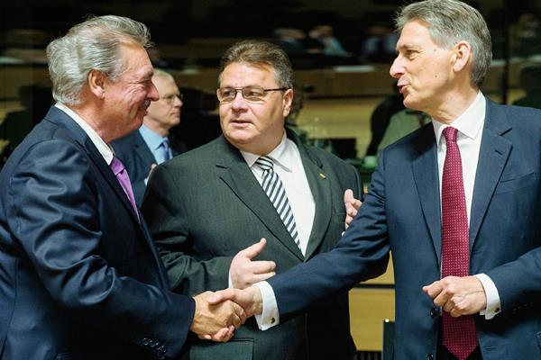 El ministro británico, Philip Hammond, (derecha), durante la reunión de ministros de la Unión Europea. (Foto Prensa Libre: AP).