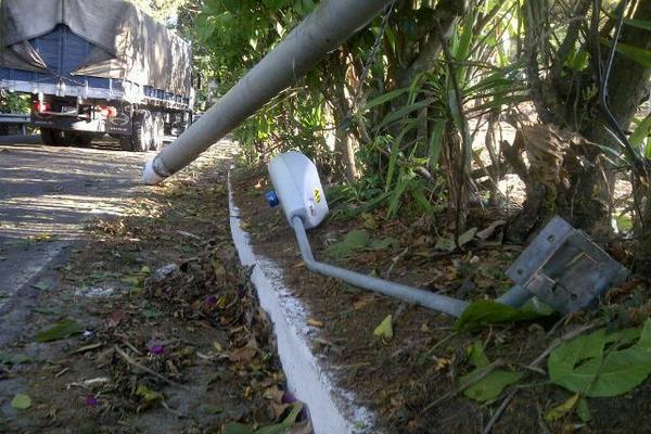 <p>Poste cayó en kilómetro 27 de Santa Elena Barillas, Villa Canales. (Foto Prensa Libre: Erick Ávila)</p>