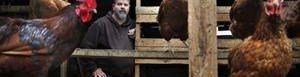 Gerald Leuschen en su gallinero.