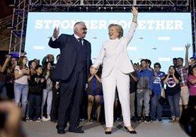 Hillary Clinton toma de la mano a Vicente Fernández y saluda a los asistentes a un concierto que se ofreció en su apoyo en Las Vegas, el pasado 19 de octubre. (Foto Prensa Libre: AFP).