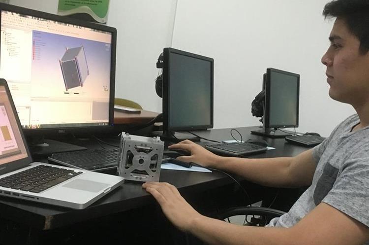 Uno de los alumnos participantes del proyecto trabaja en el diseño digital del satélite. (Foto Prensa Libre: Cortesía).