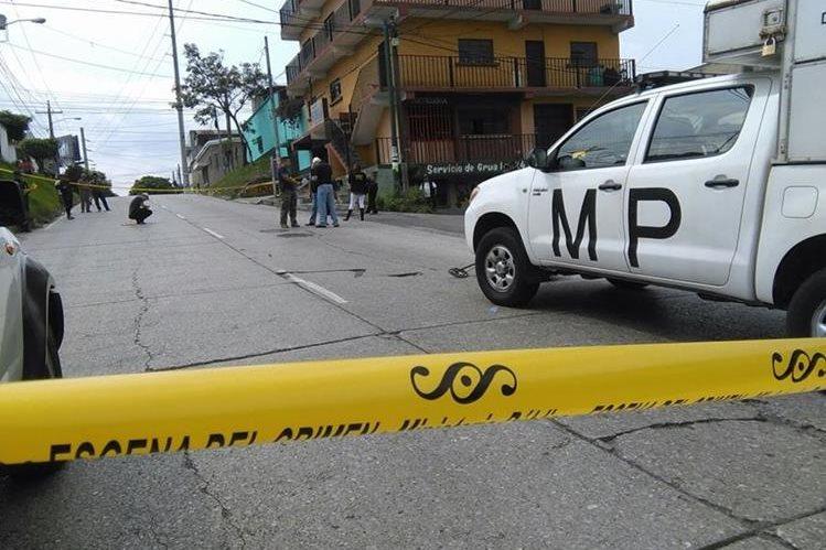 El MP recoge evidencia en el lugar donde fue baleada Yania Asuceli Chitay Colindres de 27 años, por sujetos desconocidos, (Foto Prensa Libre: Estuardo Paredes)