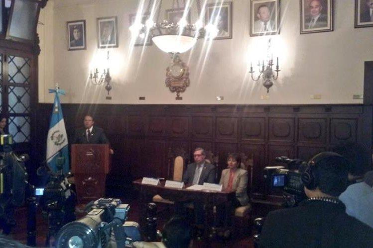 Cabrera, durante una firma de convenio en la que informó acerca de los cambios en Senabed. (Foto Prensa Libre: Vicepresidencia)