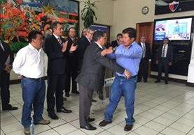 Ismael Ramos, alcalde de Tajumulco y Daniel López, alcalde de Ixchiguán, cerraron simbólicamente el conflicto, el 1 de junio, con un abrazo, pero los motivos de discordia continúan latentes.(Foto Prensa Libre: Hemeroteca PL)