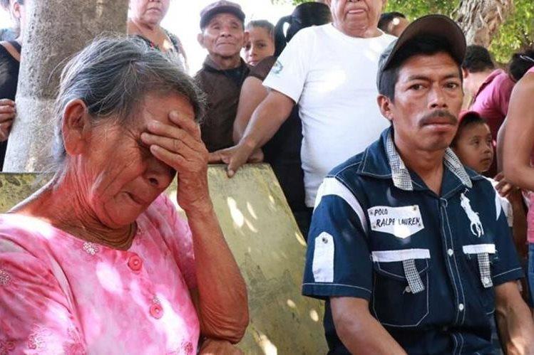 María Cotón Curruchiche, abuela de la víctima, llora al indicar que su nieto no aparece desde el día que se publicó el video. (Foto Prensa Libre: Cristian Icó)
