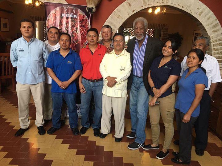 Morgan Freeman posa para una fotografía en un restaurante de zona 10, junto a trabajadores de ese lugar. (Foto Prensa Libre: Facebook Los Ranchos Guatemala)