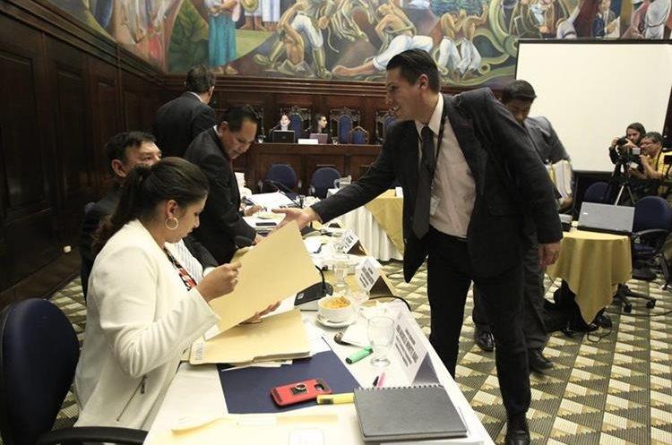 El jefe de la Fiscalía de Delitos Electorales aseguró que seguirán la investigación sin tocar al presidente. (Foto Prensa Libre: Carlos Hernández)
