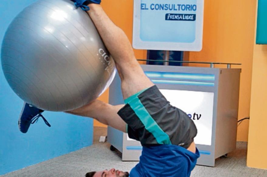 Para fortalecer la espalda baja.  Acostados sobre  el piso se toma la pelota con las piernas y se levanta hasta  lograr un ángulo de 90 grados entre los brazos y el torso. La pelota debe quedar lo más alto posible, cuidando que la espalda y los brazos no se muevan del piso.(Foto Prensa  Libre: Óscar Rivas).