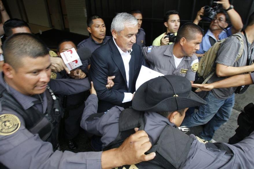 Pérez Molina abandona la Torre de Tribunales hacia la cárcel Mariscal Zavala. (Foto Prensa Libre: Paulo Raquec)