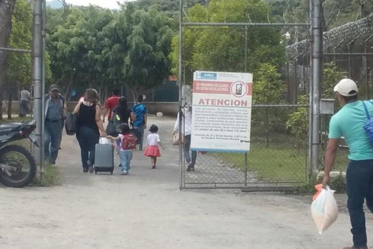 Familias completas ingresan con maletas a la prisión ubicada en la brigada militar Mariscal Zavala. (Foto Prensa Libre: Jessica Gramajo)