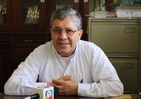 El sacerdote Celestino Alvizúrez informa respecto de la protesta planificada para este martes. (Foto Prensa Libre: Hugo Oliva)