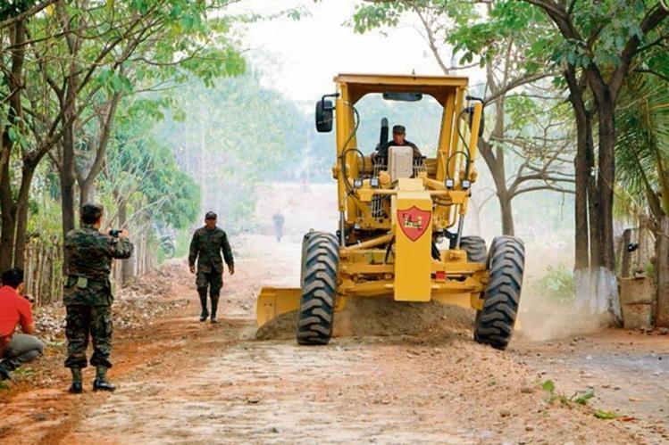personal del Ejército repara caminos de tarracería de San Vicente, Champerico.