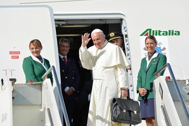 El Papa se despide a su salida del aeropuerto Fiumicino, en roma, hacia Cuba. (Foto Prensa Libre: EFE).