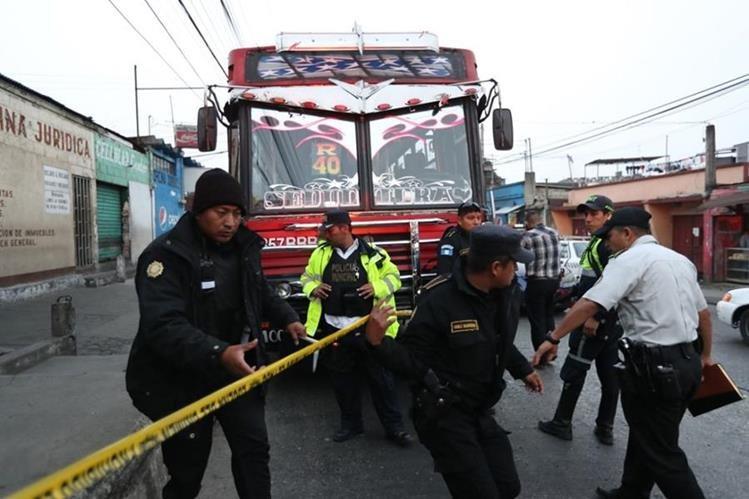 Un piloto de un bus de la ruta 40R murió baleado por supuestos pandilleros que cobran la extorsión. (Foto Prensa Libre: Érick Ávila)