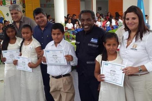 <p>Veinticinco niños culminan sexto primaria en la primera promoción de estudiantes   que egresa de Escuela Adentro de El Progreso. (Foto Prensa Libre: Billy   Quijada)</p>