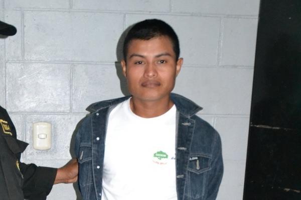 <p>Carlos René Toj Reyes, empleado del Sistema Penitenciario fue sorprendido ingresando droga a cárcel en Petén. (Foto Prensa Libre: Rigoberto Escobar)<br></p>