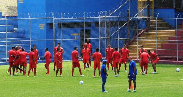 Los futbolistas rojos se entrenan en el estadio Manuel Felipe Carrera ante la supervisión del estratega costarricense Mauricio Wright (Foto Prensa Libre: Jennifer Gómez)