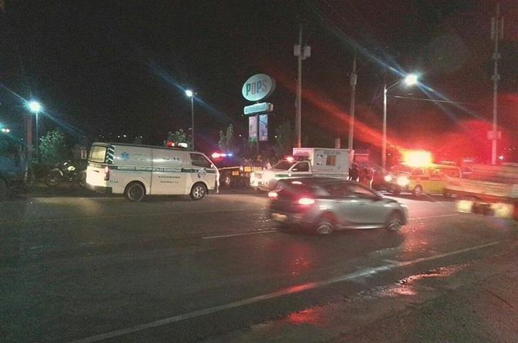 Dos personas murieron y una resultó herida durante un accidente de tránsito en el bulevar El Frutal, Villa Nueva. (Foto Prensa Libre: CBMD)