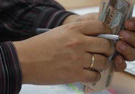 Trabajadores guatemaltecos recibirán su pago del Bono 14 el próximo 15 de julio. (Foto Prensa Libre: Hemeroteca)