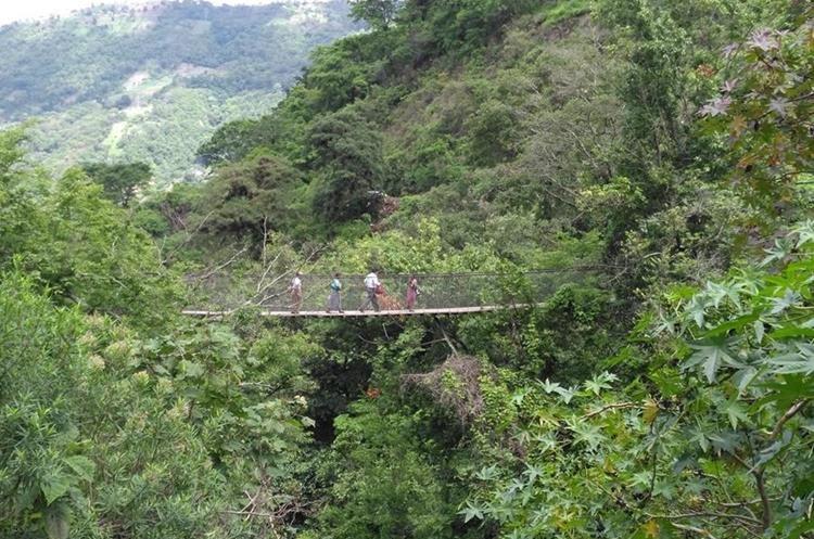 El puente colgante es la vía que utilizan muchas personas cuando la carretera está bloqueada. (Foto Prensa Libre: Ángel Julajuj)