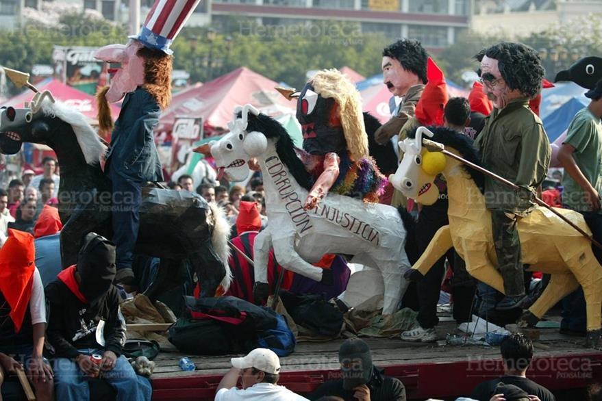 10/03/2003. Ingenio en las carrozas que desfilan en la Huelga de Dolores. (Foto: Hemeroteca PL)
