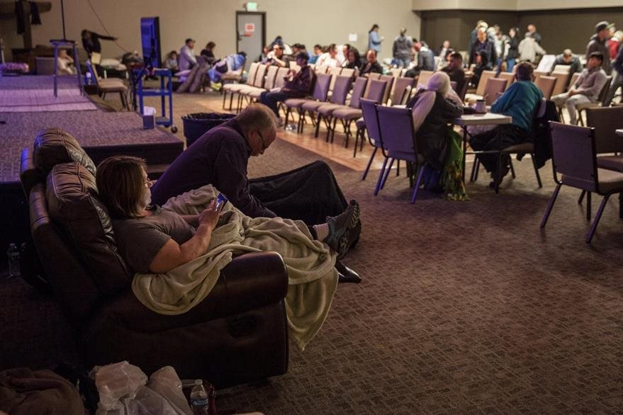 Varios evacuados descansan en el albergue improvisado en la iglesia Neighborhood en Chico, California. (EFE).