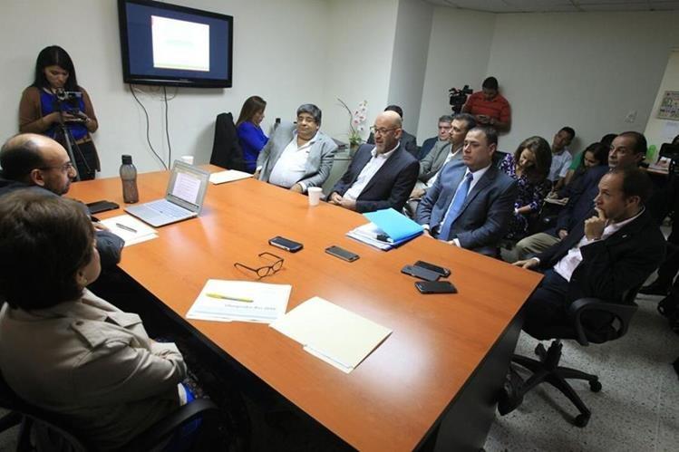 Gerardo Aguirre —centro— explicó a los diputados Leonel Lira y Nineth Montenegro los gastos que el COG realizó durante los Juegos de Río de Janeiro. (Foto Prensa Libre: Esbin García)