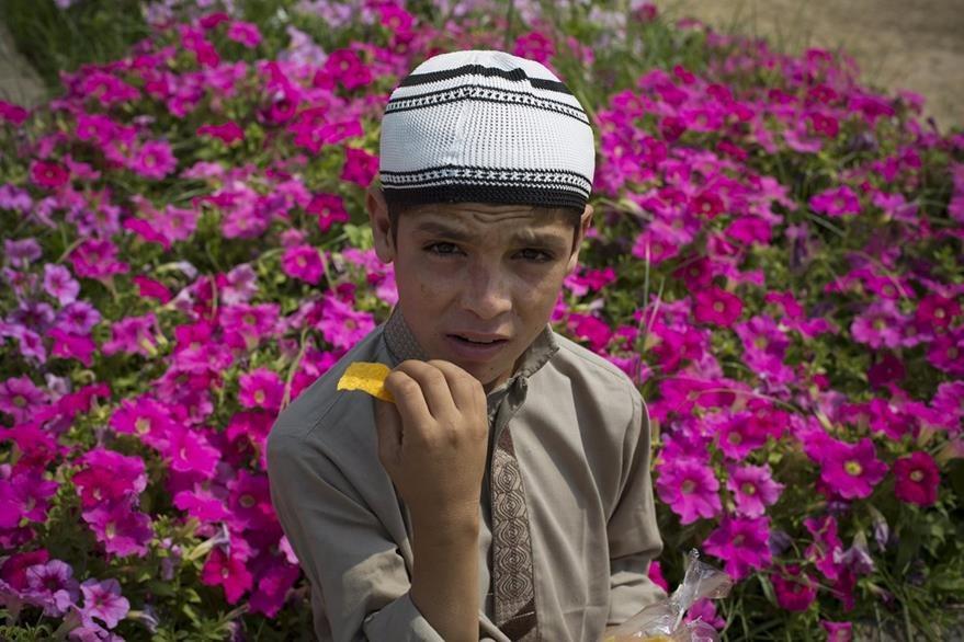 Abdul Rasheed,9, en el jardín del hospital donde peramece internado junto a su hermano. (Foto Prensa Libre: AP).