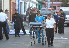 Bomberos se retiran de una escena del crimen en Campo Real, Villa Nueva. No hubo sobreviviente a quien atender. (Foto Prensa Libre: Hemeroteca PL)
