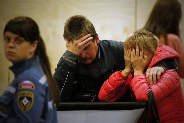 Familares de las víctimas lloran tras la perdida de sus seres queridos en el accidente aéreo (Foto Prensa Libre]: EFE )
