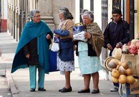 Vecinos salen abrigados a sus actividades, debido a las bajas temperaturas en Quetzaltenango. (Foto Prensa Libre: Carlos Ventura).
