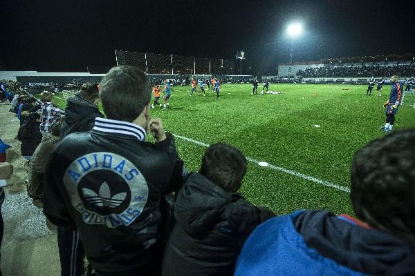 Los aficionados aprecieron el primer entrenamiento de Neville. (Foto Prensa Libre: EFE)