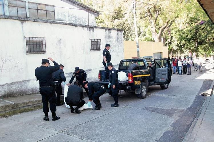 Los cuerpos de tres mujeres fueron localizados envuelto en sábanas el 1 de diciembre en la colonia Martinico, zona 5. ( Prensa Libre: Hemeroteca PL)