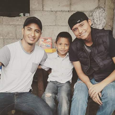 Luis no ocultó su felicidad luego de conocer a su ídolo Érick Barrondo. (Foto Prensa Libre: Facebook)