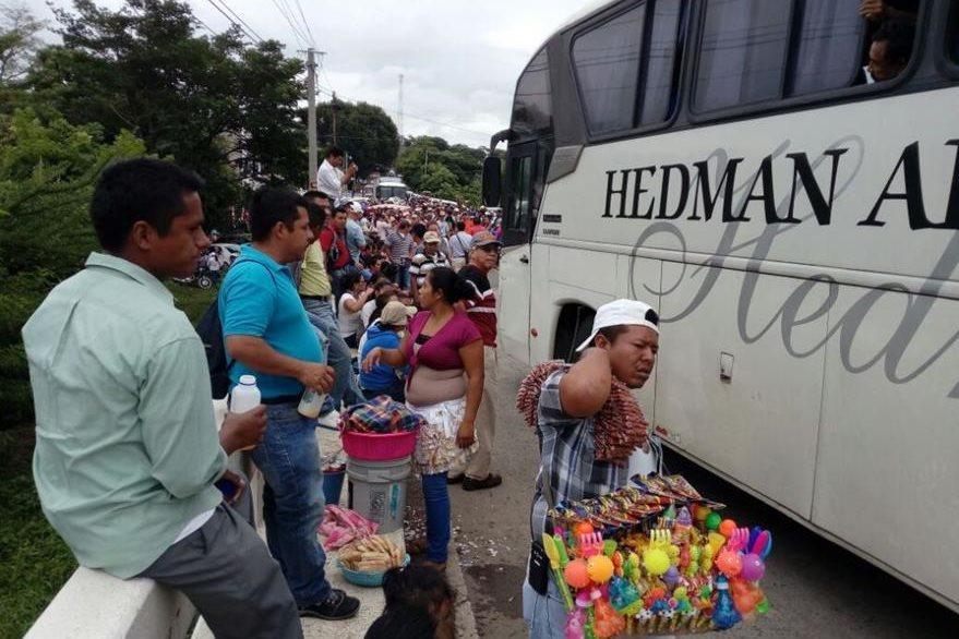 Bloqueo impide locomoción en el km 122 de la ruta a El Salvador, en Jutiapa. (Foto Prensa Libre: Óscar González).
