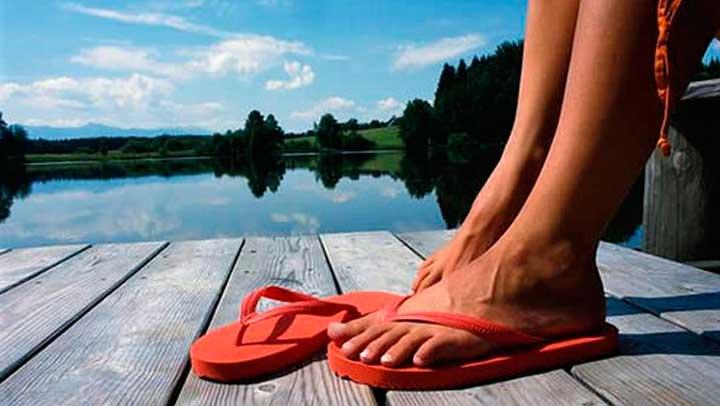 El uso frecuente de chancletas puede causar problemas en los pies al no poder amortiguar el impacto de las superficies duras.